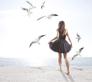 Ung flicka med seagulls Royaltyfria Bilder