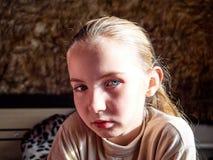 Ung flicka med sinnesrörelser på hennes framsida royaltyfri foto