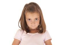 Ung flicka med stora ögon som ser kameran med en oskyldig blick Arkivfoton