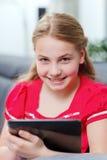 Ung flicka med tableten Arkivfoton