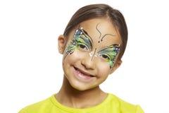 Ung flicka med vänder mot målningfjärilen Royaltyfri Bild