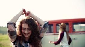 Ung flicka med vänner på en roadtrip till och med bygd, dans stock video
