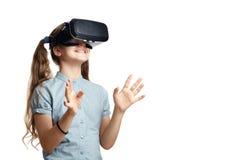 Ung flicka med virtuell verklighetexponeringsglas Arkivbilder