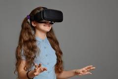 Ung flicka med virtuell verklighetexponeringsglas Royaltyfria Foton