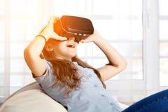 Ung flicka med virtuell verklighetexponeringsglas Arkivfoto