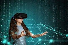 Ung flicka med virtuell verklighethörlurar med mikrofon Royaltyfri Bild