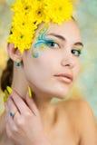 Ung flicka modellerar med fantasimakeupcloseupen royaltyfria foton