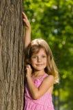Ung flicka nära ett träd Fotografering för Bildbyråer