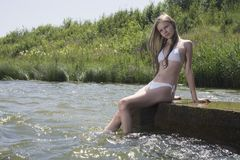 Ung flicka nära floden Arkivbild