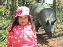 Ung flicka och dinosaurie Arkivbilder