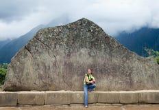 Ung flicka och Inca Wall i Machu Picchu royaltyfri fotografi