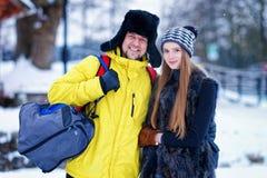 Ung flicka och kamrat i vinter i Trakai i Litauen fotografering för bildbyråer