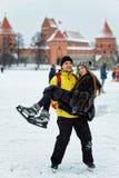 Ung flicka och kamrat på isbanan i Trakai i Litauen royaltyfria bilder