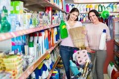 Ung flicka och mogen kvinna som väljer tvagningtvättmedel Royaltyfri Foto