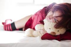 Ung flicka och nallebjörn Fotografering för Bildbyråer