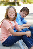 Ung flicka och pojke utomhus Royaltyfria Foton