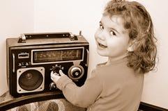 Ung flicka och retro radio Arkivfoton
