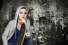 Ung flicka och skateboard Royaltyfri Foto