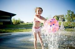 Ung flicka på bevattnar parkerar Arkivbild