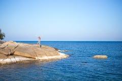 Ung flicka på blå havsbakgrund Tropiskt land Royaltyfri Fotografi