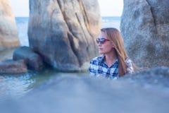 Ung flicka på blå havsbakgrund Tropiskt land Royaltyfri Foto