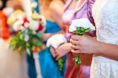 Ung flicka på blommor för bröllopmottagandeinnehav Royaltyfri Fotografi