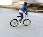 Ung flicka på den lilla cykeln Arkivbild