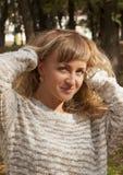 Ung flicka på en bakgrund av naturen Arkivbild