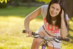 Ung flicka på en cykel Arkivbild