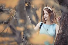 Ung flicka på en gå i hösten arkivfoton
