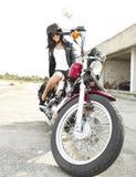 Ung flicka på en motorcykel Royaltyfri Fotografi