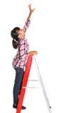 Ung flicka på en stege I royaltyfri bild