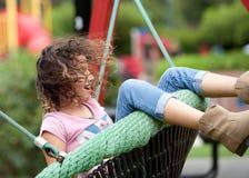 Ung flicka på en swing Arkivbild