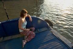 Ung flicka på ett fartyg fotografering för bildbyråer