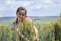Ung flicka på ett vetefält Fotografering för Bildbyråer