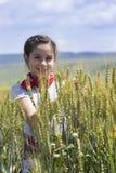 Ung flicka på ett vetefält Royaltyfri Fotografi