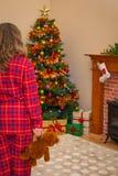 Ung flicka på julmorgon Arkivbild