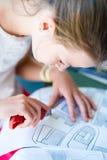 Ung flicka på kursen av den arkitektoniska designen för barn - Royaltyfri Bild
