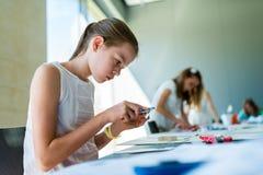 Ung flicka på kursen av den arkitektoniska designen för barn - Arkivfoto