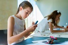 Ung flicka på kursen av den arkitektoniska designen för barn - Royaltyfri Foto