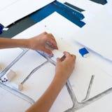 Ung flicka på kursen av den arkitektoniska designen för barn - Arkivbild