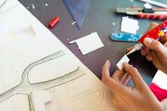Ung flicka på kursen av den arkitektoniska designen för barn - Arkivbilder