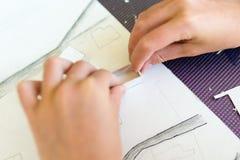 Ung flicka på kursen av den arkitektoniska designen för barn - Royaltyfria Foton