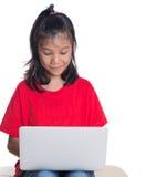 Ung flicka på soffan med bärbar dator III Arkivbild