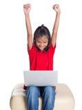 Ung flicka på soffan med bärbar dator VI Royaltyfri Fotografi