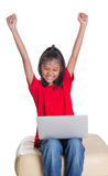 Ung flicka på soffan med bärbar dator VII Fotografering för Bildbyråer