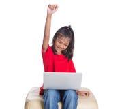 Ung flicka på soffan med bärbar dator VIII Royaltyfri Fotografi