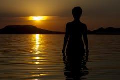 Ung flicka på solnedgången. Royaltyfria Bilder