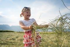 Ung flicka på sommaräng Arkivfoto