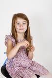 Ung flicka på stolen Arkivfoto